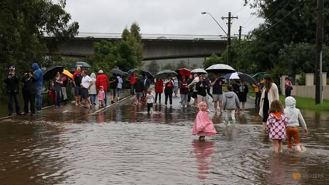 Người dân Úc vật lộn với những trận mưa lớn kéo dài khiến nhiều cơn đường bị ngập