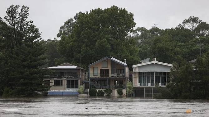 Hàng loạt ngôi nhà bị ngập sâu nhiều mét.
