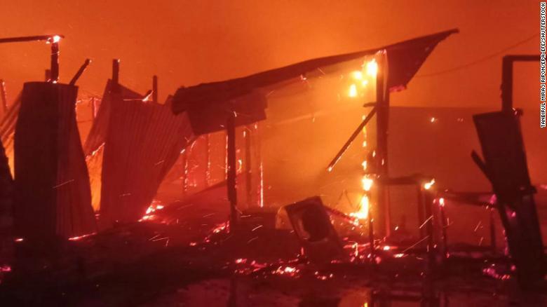 Hàng trăm ngôi nhà bị ngọn lửa thiệu rụi.