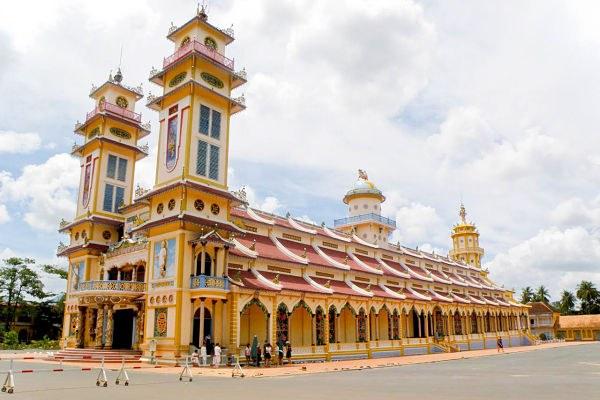 Tòa thánhTây Ninh là một trong những công trình kiến trúc nổi bật của vùng đất này.