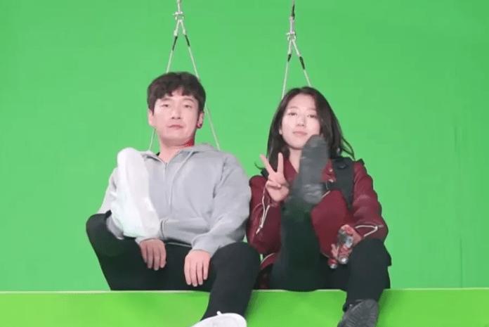 Park Shin Hye và Jo Seung Woo thực hiện các cảnh quay với màn hình xanh.