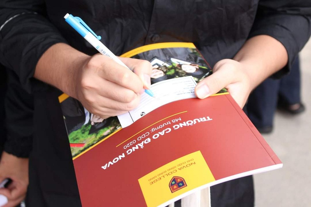 Sau khi nghe tư vấn trực tiếp, nhiều em đã để lại thông tin cá nhân để Nova College tiếp tục hướng dẫn