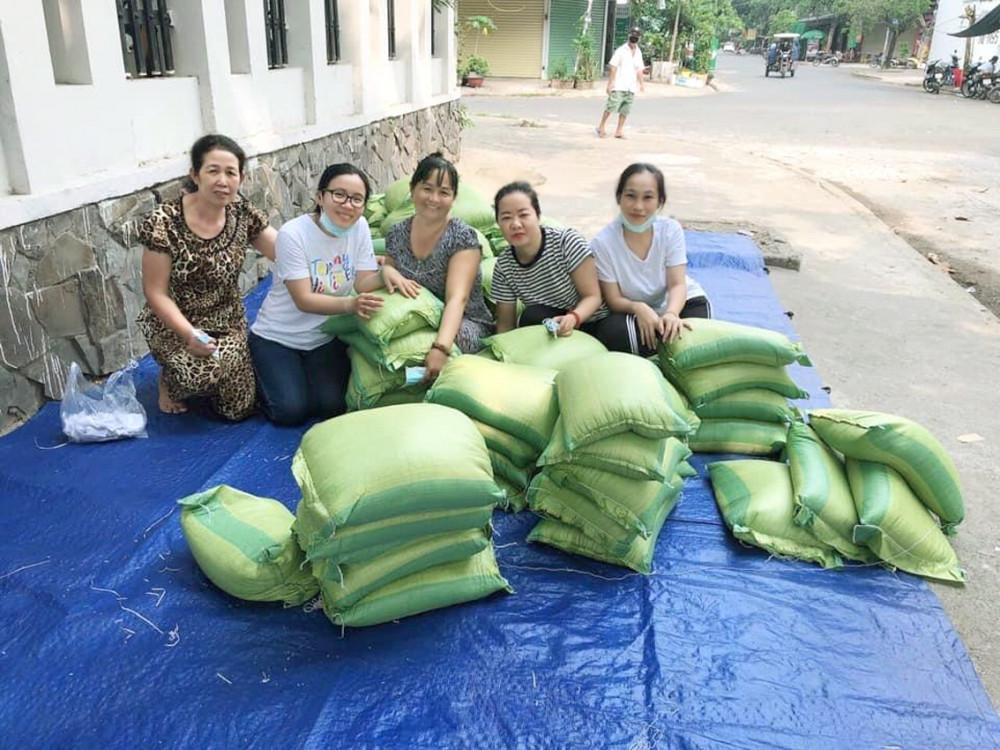 Đại diện chi hội cùng các nhà hảo tâm chuẩn bị phát gạo cho người khó khăn