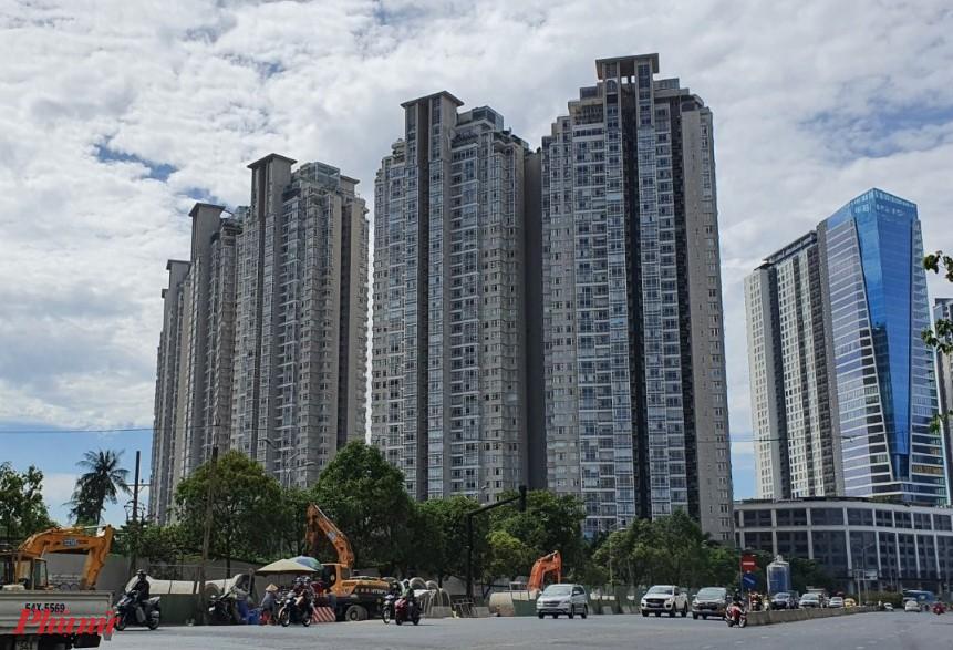 Khu chung cư cao cấp Saigon Pearl có vị trí đắc địa, nằm trên cạnh đường Nguyễn Hữu Cảnh, dọc bờ sông Sài Gòn và chỉ cách cầu Thủ Thiêm vài trăm mét