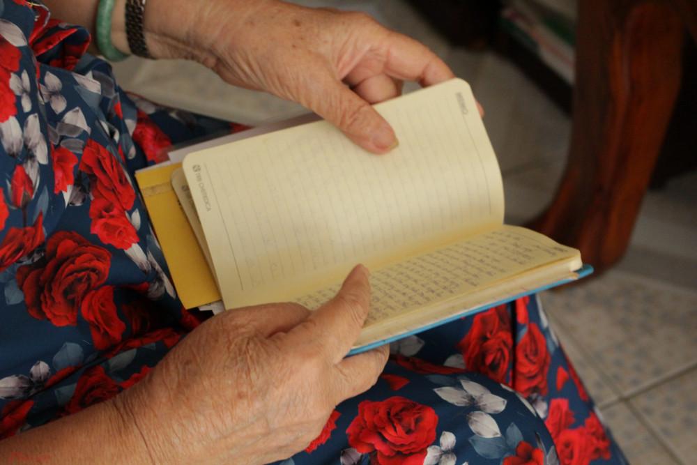 Má thường cười thật tươi khi đọc lại những dòng thư cảm ơn đầy xúc động của những đứa con tinh thần