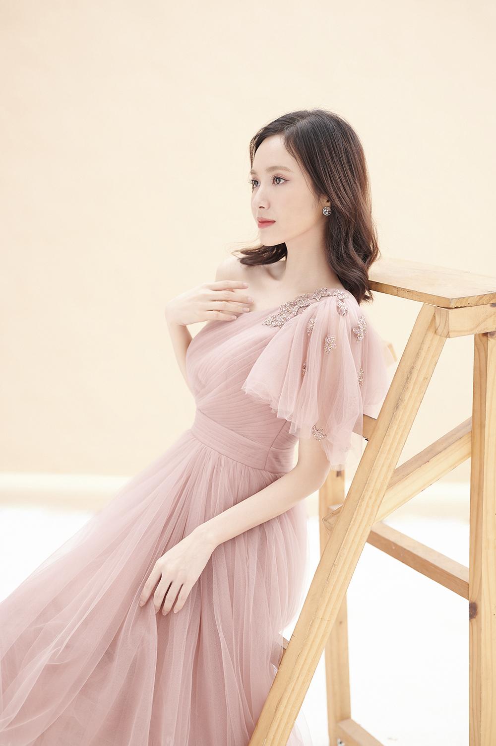 Jang Mi sở hữu sắc vóc thanh mảnh, làn da trắng. Vì thế, sắc hồng được nữ ca sĩ khá ưa chuộng. Trong loạt ảnh chào tuổi 25, Jang Mi lựa chọn loạt trang phục sắc hồng mang đến vẻ ngoài tươi trẻ, bắt mắt.