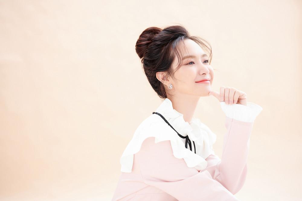 Từ bolero chuyển hướng sang hát nhạc trẻ, Jang Mi vẫn trung thành với hình ảnh nữ tính, nhẹ nhàng.