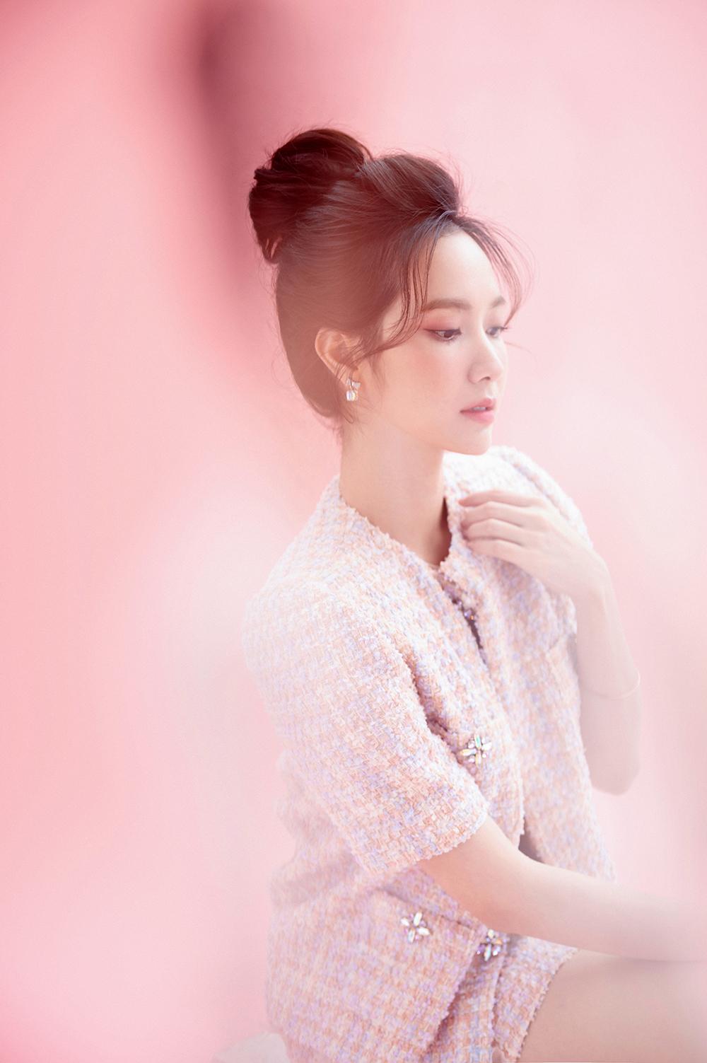 Nữ ca sĩ trông bắt mắt hơn với thiết kế lấy tông hồng làm chủ đạo, kết hợp thêm với sắc cam, vàng được