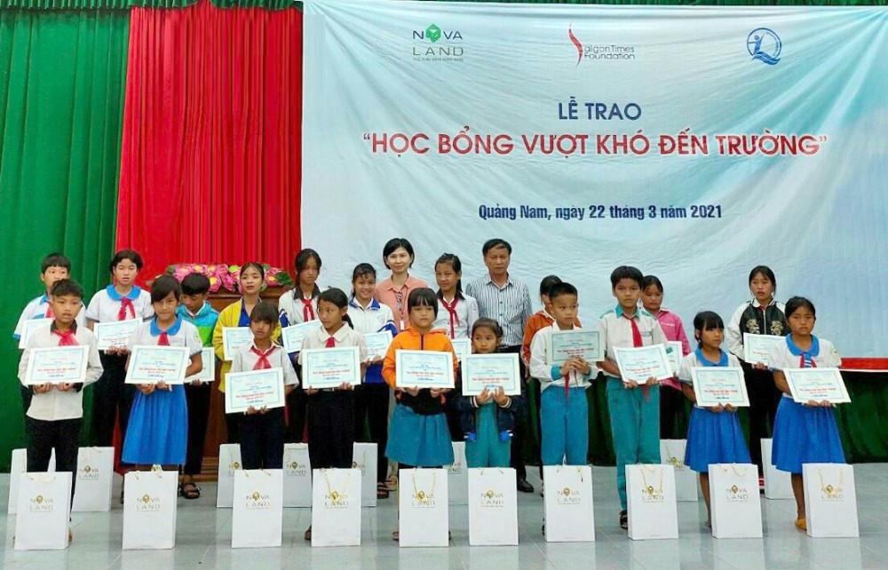 Tập đoàn Novaland thông qua Quỹ Bảo trợ trẻ em Việt Nam và Quỹ STF - Phạm Phú Thứ trao tặng 95 phần học bổng cho học sinh tại huyện Nam Trà My. Ảnh: Novaland