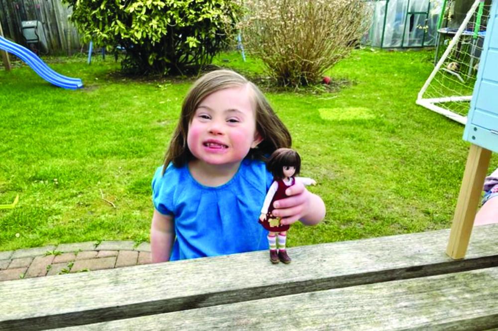 Bé Rosie đang chơi cùng con búp bê lấy cảm hứng từ chính mình - Ảnh: Lottie Dolls/Mirror