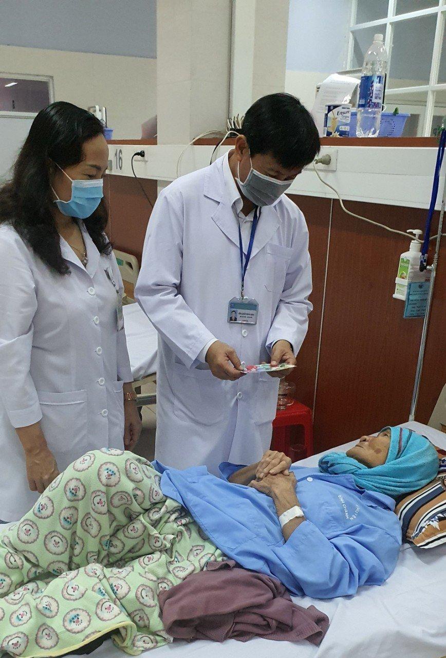 Chăm lo những bệnh nhân neo đơn, trở thành công việc thường ngày của nhiều y bác sĩ.