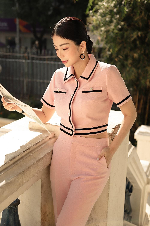 Lấy cảm hứng từ vẻ đẹp và phong cách cổ điển Pháp, bộ sưu tập Parisian Beauty của Angela Ngô mang đến nét đẹp thanh lịch, ngọt ngào cho phái đẹp.