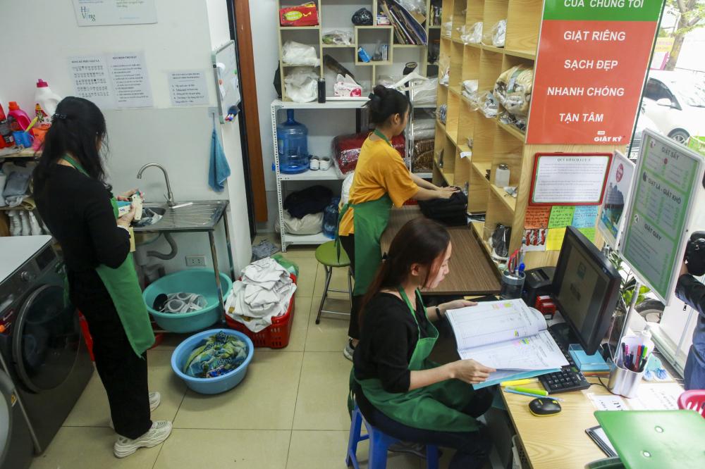 Tiệm giặt là của người điếc có quy mô khá khiêm tốn, hoạt động 24/7 với một quản lý, 2 nhân viên (tất cả đều là người khiếm thính).