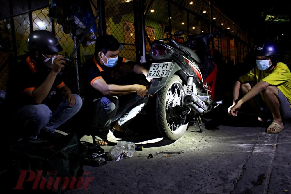 Trong màn đêm tĩnh mịch, các thành viên của đội phân công người soi đèn, người vá xe cho người gặp nạn