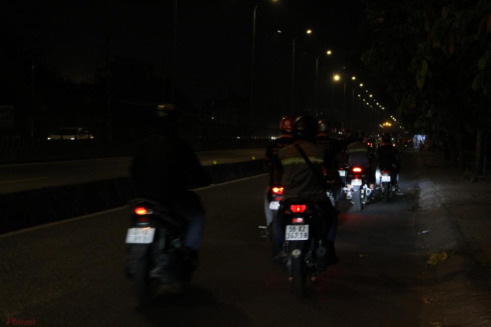 20g hàng đêm, các thành viên của Đội hỗ trợ nhân dân quận Bình Tân lại ra đường làm việc nghĩa