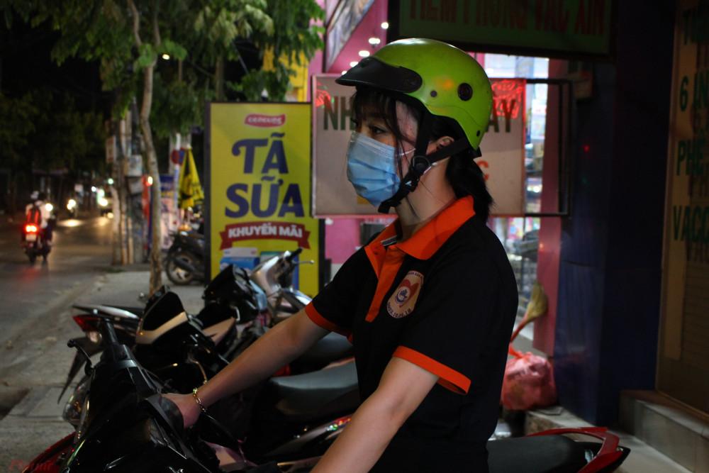 Chị Ngân là thành viên nữ duy nhất của đội, tình nguyện ra đường giúp nhân dân vào ban đêm