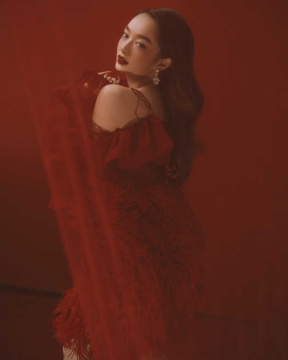 Tùy theo sắc đỏ đậm, nhạt của trang phục, nữ diễn viên sinh năm 1999 chú ý chọn tông son phù hợp. Gần đây, cô nàng khá yêu thích những bộ cánh có tông màu nổi bật như đỏ, cam, vàng... khi xuất hiện trong các sự kiện.