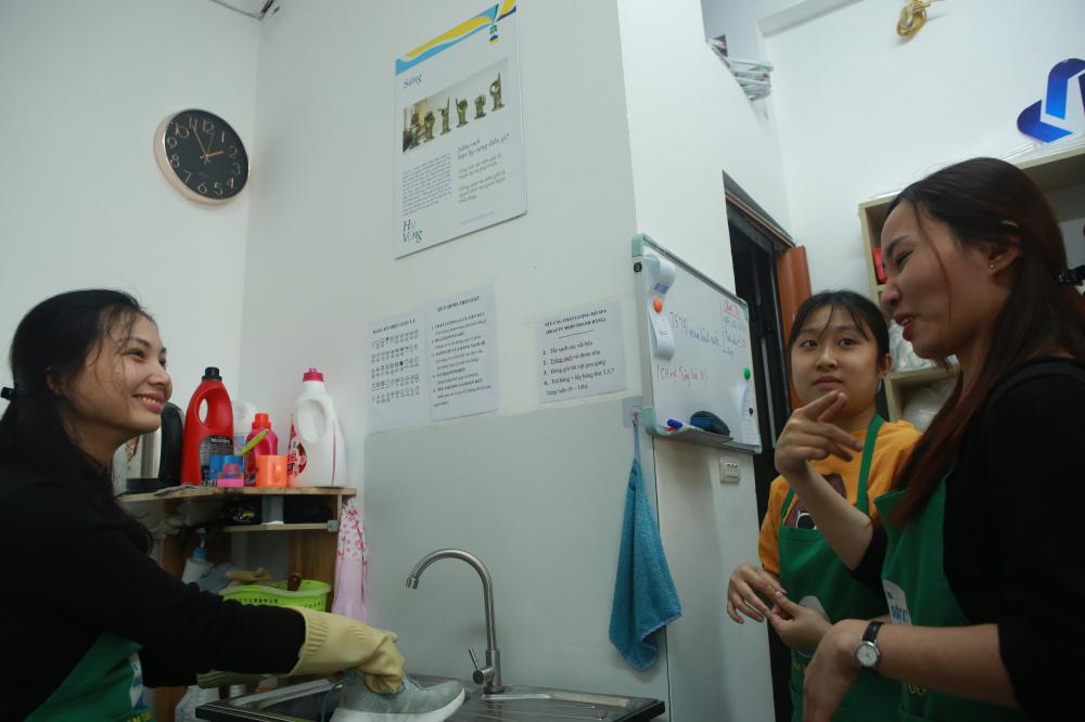 Cửa hàng được chị Thúy đưa ra một quy trình chuẩn, có đầy đủ các công cụ hỗ trợ như bảng hướng dẫn, bảng viết để hỗ trợ người khiếm thính trong giao tiếp.