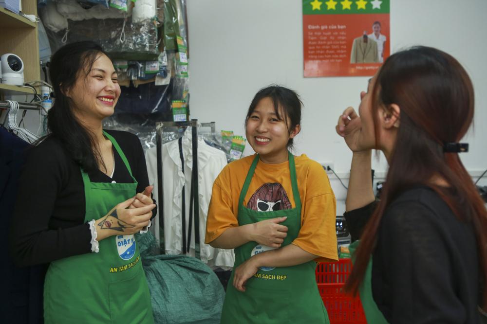 Tiệm giặt là luôn tràn đầy niềm vui và sự nhiệt huyết của ba cô gái trẻ