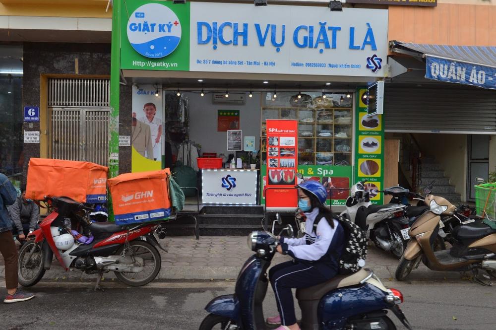 Cửa hàng giặt là màu xanh nổi bật nằm ở số 7 đường bờ sông Sét (phường Tân Mai, quận Hoàng Mai, Hà Nội)