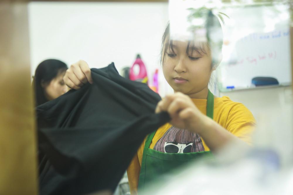 'Hiện nay có rất nhiều mô hình giặt là từ bình dân đến cao cấp, do vậy để giữ chân khách hàng, cạnh tranh sòng phẳng thì quan trọng nhất vẫn là chất lượng' . Chất lượng dịch vụ là yếu tố quan trọng luôn được chị Thuý nhắc nhở nhân viên.