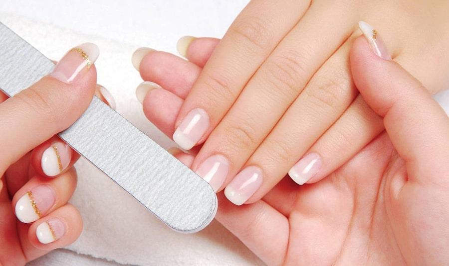 Dũa bề mặt móng sẽ giúp móng giả mỏng hơn và dễ tháo ra hơn, giúp bạn tiết kiệm thời gian