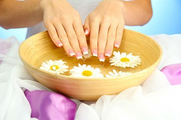 Bạn lưu ý ngâm tay vào nước ấm, tránh nước quá nóng sẽ gây bỏng da