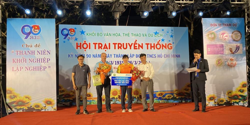 ACC Việt Nam trao học bổng cho VĐV bơi lội Nguyễn Thị Ánh Viên. Ảnh: ACC cung cấp