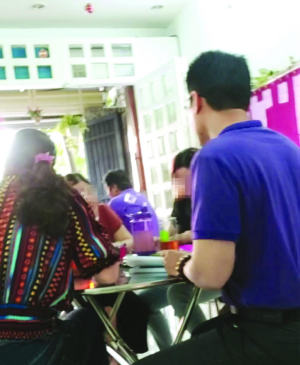 Ông T. đang tư vấn kiến thức dinh dưỡng cho các học viên ở Trung tâm Ngôi nhà hạnh phúc