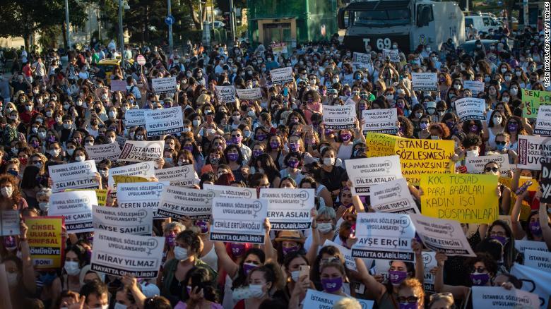 Phụ nữ Thổ Nhĩ Kỳ xuống đường biểu tình phản đối quyết định rút khỏi Công ước Istabul - Ảnh: CNN/Getty