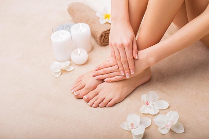 Dưỡng ẩm da đúng cách: Dưỡng ẩm là điều cần thiết sau khi triệt lông mà chị em cần phải tuân thủ. Sau mỗi lần triệt lông bạn hãy thoa một lớp kem dưỡng lên da vừa cân bằng độ ẩm vừa giúp da thêm mịn màng và săn chắc. Tuy nhiên, bạn cần chọn đúng loại kem dưỡng để không làm bịt kín lỗ chân lông gây viêm da. Tốt nhất, bạn nên sử dụng các loại kem dưỡng ấm da có chứa tinh dầu tự nhiên hoặc dầu massage trẻ em để làm dịu và mềm da.