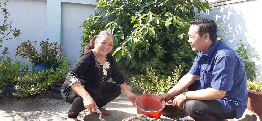 Anh Bảy Thị và chị Quý cùng chăm mảnh vườn trước nhà