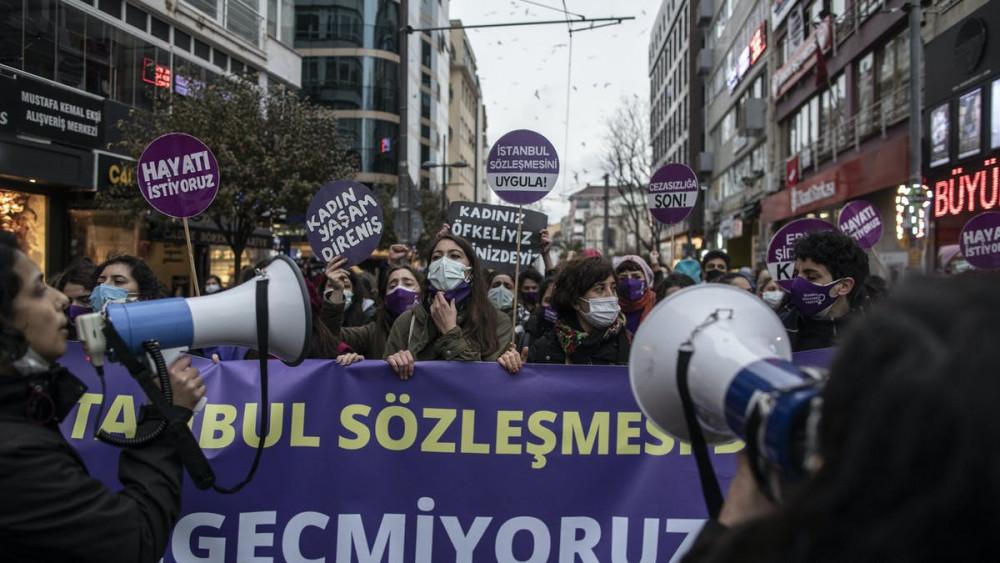 Việc rút khỏi Công ước Istanbul có thể khiến phụ nữ nước này càng trở nên dễ bị tổn thương trước tình trạng bạo lực gia đình - Ảnh:  EPA-EFE/Erdem Sahin