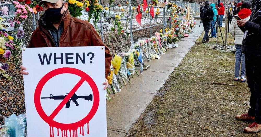 Người dân Mỹ cầm tấm biển ủng hộ việc kiểm soát súng - Ảnh: TWP