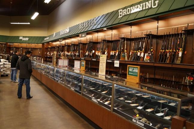 Ở cấp liên bang, trong hơn hai thập niên đã không có bất kỳ biện pháp kiểm soát súng lớn nào được thông qua.Trong một cửa hàng bán vũ khí ở Texas