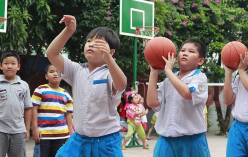 Học sinh Trường tiểu học Nhựt Tân (Gò Vấp) trong giờ học giáo dục thể chất