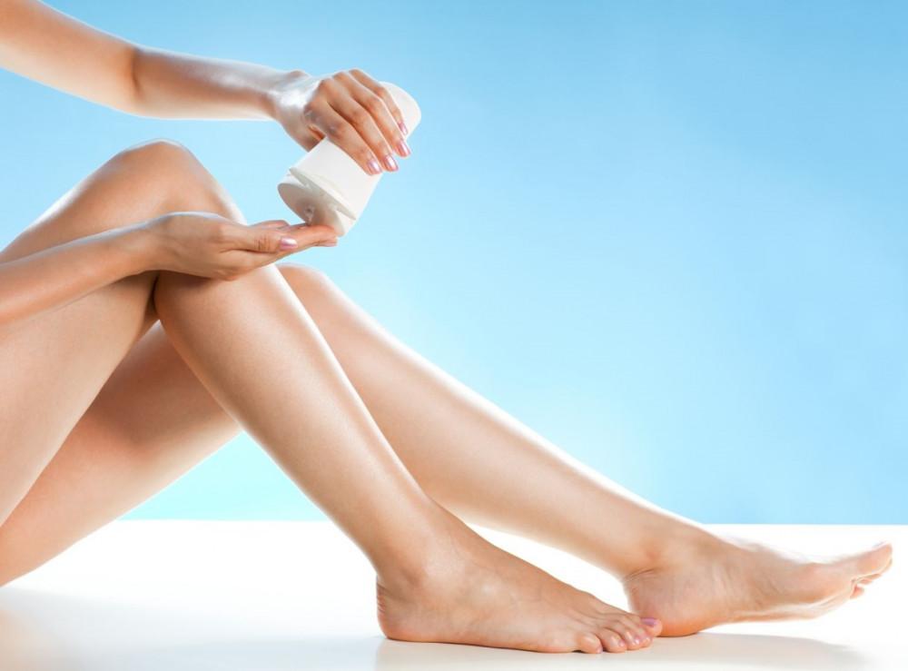 Se khít lỗ chân lông kịp thời: sau triệt lông lỗ chân lông sẽ giãn nỡ ra nếu không làm se khít lỗ chân lông kịp thời bụi bẩn, vi khuẩn sẽ nhanh chóng tấn công và làm tổn thương đến da. Vì thế, bạn hãy thoa một lớp nước hoa hồng lên vùng da mới triệt và vỗ nhẹ để thẩm thấu vào bên trong da. Nước hoa hồng không chỉ làm thu nhỏ lỗ chân lông mà còn khiến da thêm săn chắc và khỏe mạnh hơn.