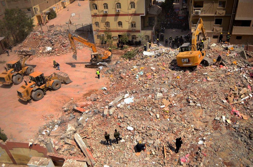 Nhân viên cứu hộ tiếp tục tìm kiếm hiện trường đống đổ nát của tòa nhà 10 tầng