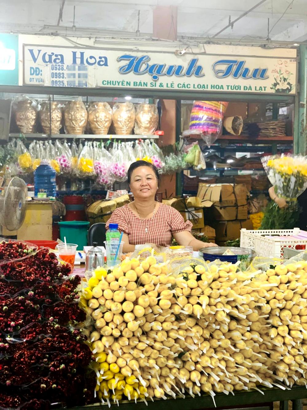 Chị Lê Thị Hồng Hạnh với sạp hoa tươi  luôn gọn gàng, đẹp mắt