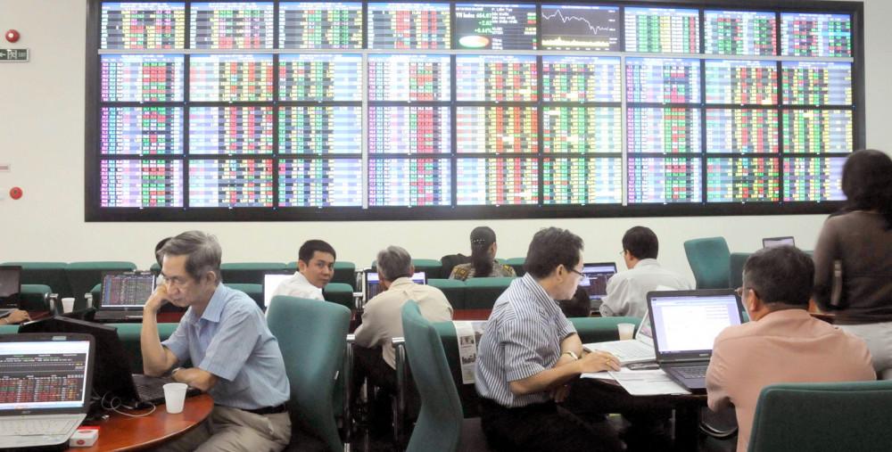 Các chuyên gia khuyên nhà đầu tư mới cần học, trau dồi kiến thức tài chính trước khi tham gia đầu tư - Ảnh: D.Đ.Minh