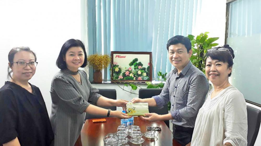 Bà Lý Việt Trung - Tổng biên tập Báo Phụ nữ TP.HCM - tiếp nhận và cảm ơn sự đồng hành của nhóm cựu học sinh Trường THPT Marie Curie niên khóa 1985-1988 với Quỹ ủng hộ vụ kiện Trần Tố Nga