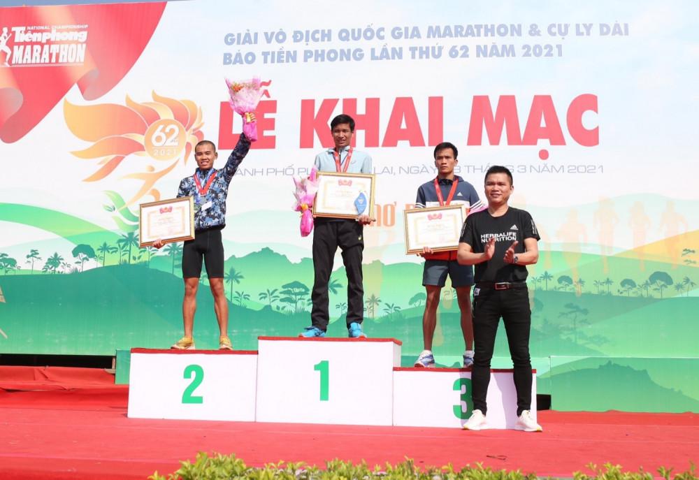 Ông Nguyễn Thành Đạt, Giám đốc truyền thông Herbalife Việt Nam đại diện ban tổ chức trao giải và chúc mừng các vận động viên đạt giải. Ảnh: Herbalife Việt Nam