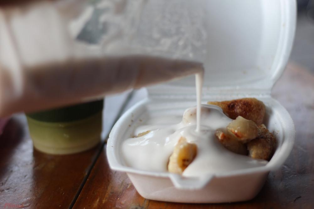 Vì không nỡ bỏ lại phần chuối nướng lỡ tay chan nước cốt dừa của người bán mà khẩu vị của tôi dần thay đổi.
