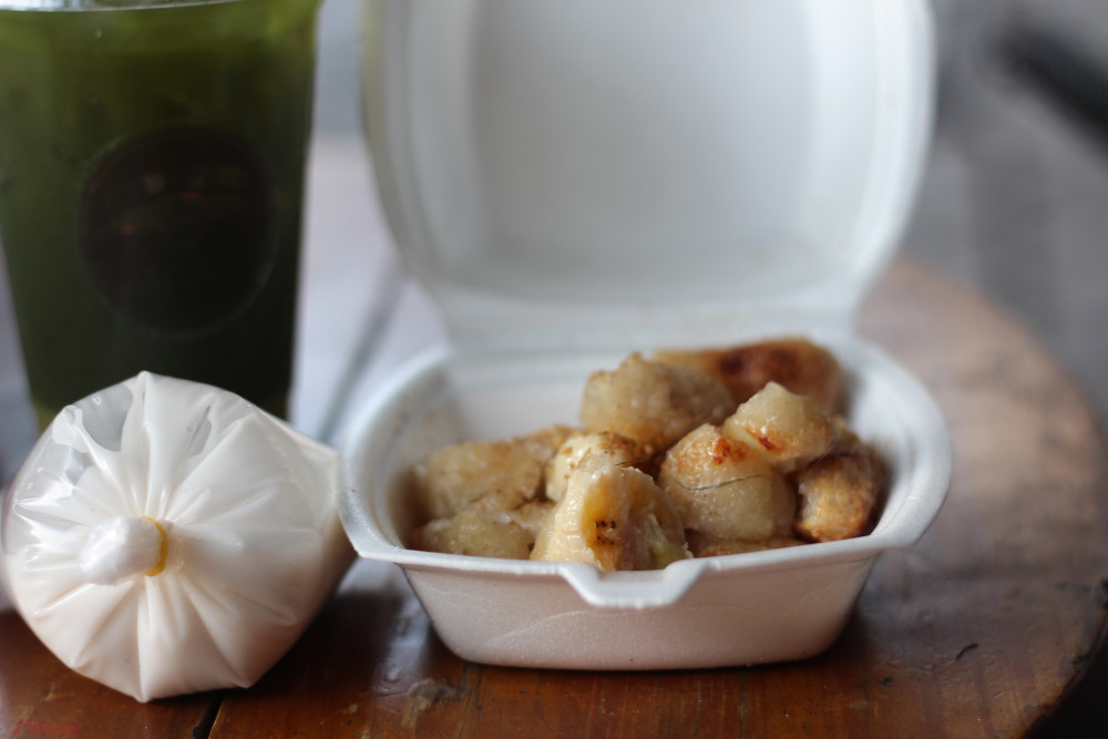 Chuối nướng ở quê tôi để nguyên trái, gói trong miếng lá chuối xanh rì.