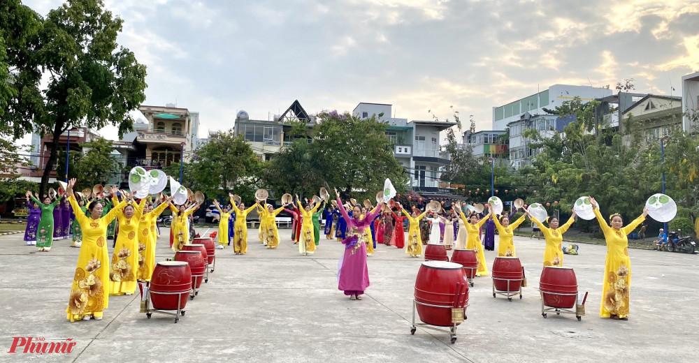 Gần 90 chị tham gia múa đồng diễn áo dài kết hợp với nón lá