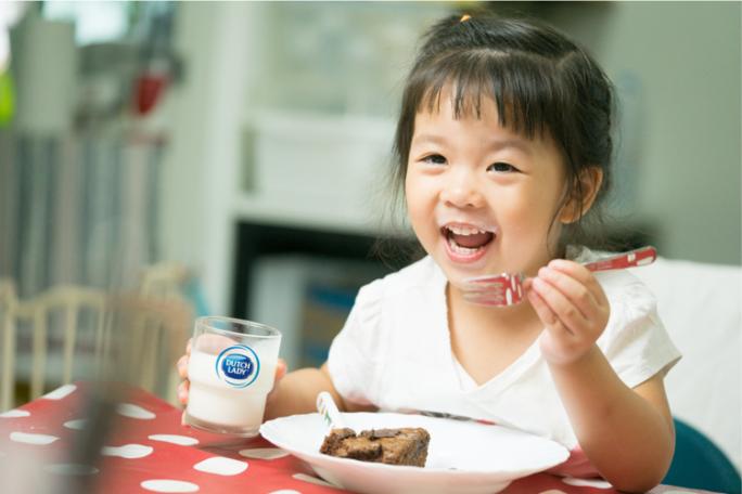 Bổ sung sữa tươi vào thực đơn bữa sáng sẽ mang đến cho trẻ nguồn năng lượng dồi dào trong ngày. Ảnh: CGHL