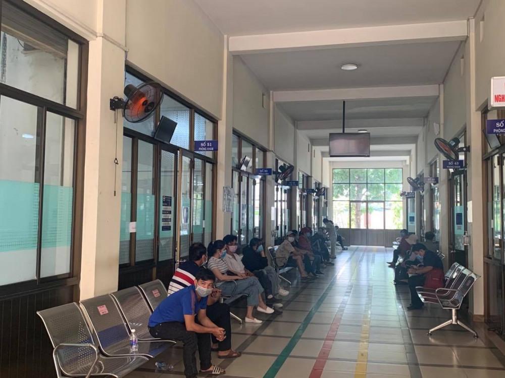 Dòng người chờ đợi khám bệnh trầm cảm tại Bệnh viện Tâm thần Trung ương 2