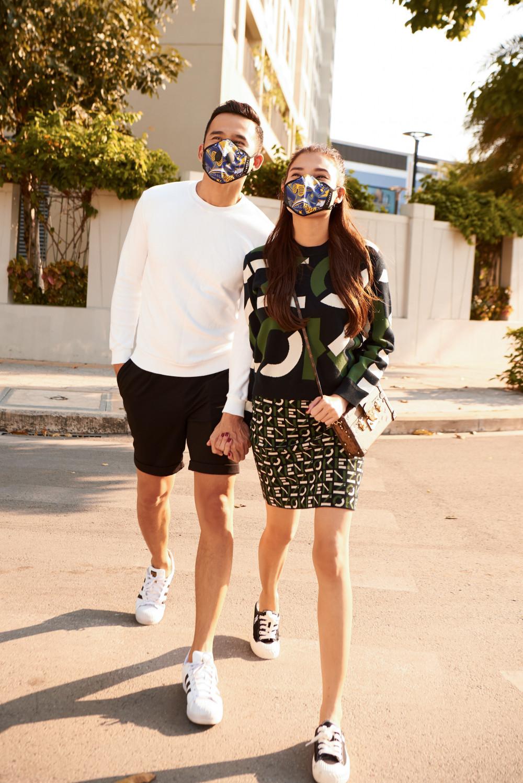 Hai vợ chồng nữ diễn viên 'ăn gian' tuổi thật với áo hoodie thời thượng. Lương Thế Thành trung thành với hai gam màu trắng đen nam tính thì Thuý Diễm lại chọn trang phục hoạ tiết để trở nên nổi bật, cuốn hút hơn.