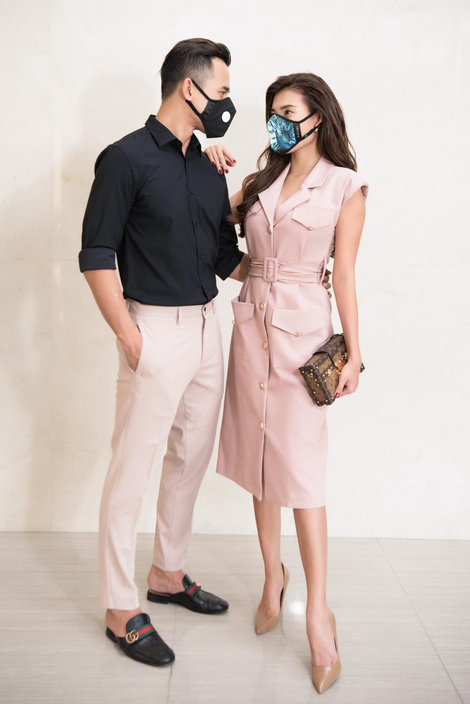 Khi dự sự kiện, Lương Thế Thành và Thuý Diễm cũng chọn kết hợp khẩu trang hài hoà với trang phục.
