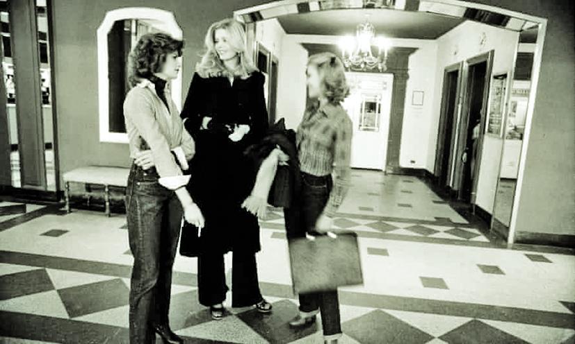 Một nhóm người mẫu, diễn viên đứng trò chuyện ở sảnh khách sạn vào năm 1977 - Ảnh: THE NEW YORK TIMES